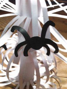 pegar-arañas-en-hilos